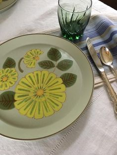 Cheerful plates with yellow daisies Vintage Kitchenware, Vintage Plates, Vintage Items, Vintage 70s, Home Themes, Yellow Daisies, Cereal Bowls, Tiny Living, Salad Plates