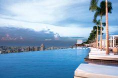 Les hôtels rivalisent d'originalité pour proposer aux voyageurs des piscines époustouflantes aussi bien par le design que par la vue. Nager à 200 mètres de haut ou au côté des requins, voilà quelques-unes des excentricités recensées par Trivago.fr dans son top 10 des piscines les plus extraordinaires de la planète.