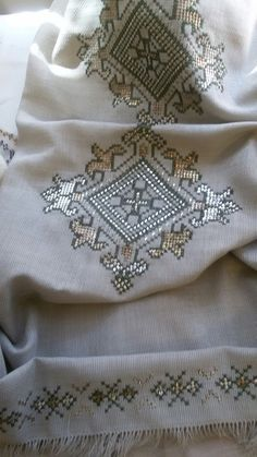 It is a good Cross-Stitch towel example with bright gray. Embroidery Patterns Free, Embroidery Stitches, Hand Embroidery, Embroidery Designs, Knitting Patterns, Crochet Patterns, Just Cross Stitch, Cross Stitch Borders, Cross Stitch Designs
