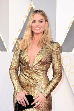 Oscars 2016: Schauspielerin Margot Robbie glänzt mit der Goldstatue um die Wette. (Bild: AFP)