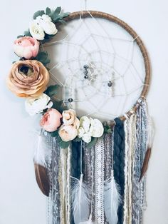 Fall Crafts To Sell Crystals - Melted Bead Crafts Videos Plastic - - - Making Dream Catchers, Dream Catcher Craft, Dream Catcher Boho, Recycled Wine Bottles, Wine Bottle Crafts, Shabby Chic Vintage, Cream Flowers, Floral Theme, Boho Nursery