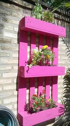 Pallet Recycled Planters And this could be called a whole package. This is not mere a planter, but this is a wooden pallet recycled planter cum vertical garden. Wooden Pallet Projects, Wooden Pallet Furniture, Pallet Crafts, Wooden Pallets, Furniture Ideas, Shelf Furniture, Furniture Design, Furniture Stores, Pallet Couch