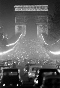 Paris, 1950s, paris nightlife, paris night, Champs Elysees, traffic, Arc de Triomphe, black and white,