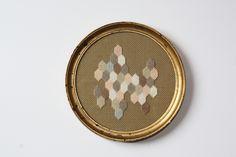 Broderie sur trame canevas. Cadre ancien en bois doré à la feuille. Diamètre: 19 cm. Embroidery in old gold wooden frame.
