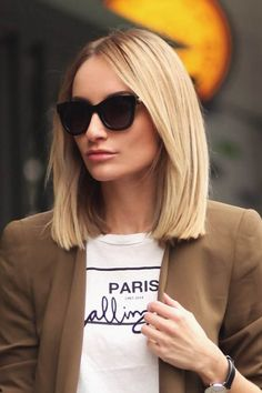 The lob haircut remains a trendy and sought-after choice today and manages to be flattering for a variety of different face shapes. Medium Hair Cuts, Medium Hair Styles, Short Hair Styles, Blunt Haircut Medium, Lob Haircut Thick Hair, Pelo Color Ceniza, Long Bob Hairstyles, Lob Hairstyle, Teenage Hairstyles