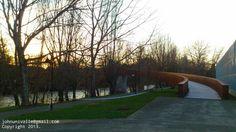 Puente peatonal sobre el río Arga.