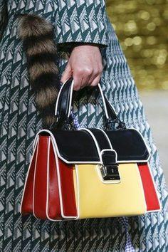See detail photos for Miu Miu Spring 2016 Ready-to-Wear collection. Dieses Produkt und weitere MIU MIU Taschen jetzt auf www.designertaschen-shops.de/brands/miu-miu entdecken