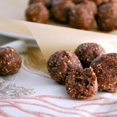 Chocolate Coconut Almond Balls, I love these for pre-workout snacks! Protein Ball, Protein Snacks, Healthy Snacks, Healthy Eating, Vegetarian Recipes, Cooking Recipes, Healthy Recipes, Clean Recipes, Yummy Recipes