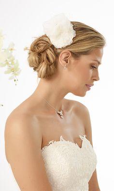 Elegant mini top hat 115 from Bianco Evento #biancoevento #hairstyles #weddingaccessories #hairjewellery #weddingideas #bridetobe