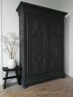 This cabinet is painted with Fresco lime paint, coloure Black Smoke. Deze kast is geschilderd met kalkverf van Pure & Original, kleur Black Smoke Decor, Home Living Room, Painted Furniture, Refinishing Furniture, Entryway Decor, Armoire Makeover, Home Decor, House Interior, Home Deco