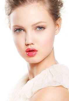 Natural makeup and shiny pink lips.