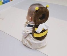 This Bee Shaped Baby Backpack Protects Babies Heads If They Fall Over Bienenförmiger Baby-Kopfschutz-Rucksack Unique Gifts (Visited 3 times, 1 visits today) So Cute Baby, Baby Kind, Cute Kids, Cute Babies, Baby Kostüm, Baby Set, Baby Rucksack, Baby Gadgets, Camping Gadgets