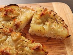 La pizza patate e rosmarino Bimby è un piatto semplice ma molto saporito e profumato al tempo stesso grazie all'uso del rosmarino