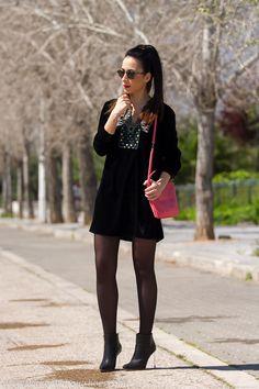 Look con vestido de terciopelo con bordado etnico y botines con tacon de metacrilato de Maison Martin Margiela
