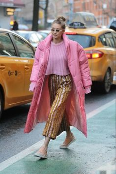 Street Style Stylish Street Style, Street Style Looks, Colourful Outfits, Colorful Fashion, Pink Puffer Coat, Gigi Hadid Style, Ootd, Color Rosa, Mode Inspiration