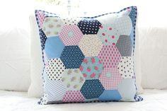 Kissen im modernen Hexagon Patchwork Look von Bleu et Rosè auf DaWanda.com