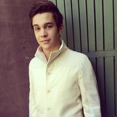 This is a whole new look for Austin Mahone!