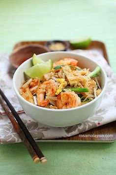 Pad Thai - homemade Pad Thai noodles with shrimp, tofu, peanuts in savory sweet sauce. The best and easiest Pad Thai recipe ever Easy Asian Recipes, Thai Recipes, Seafood Recipes, Cooking Recipes, Healthy Recipes, Delicious Recipes, Drink Recipes, Pad Thai Sauce, Fish Sauce