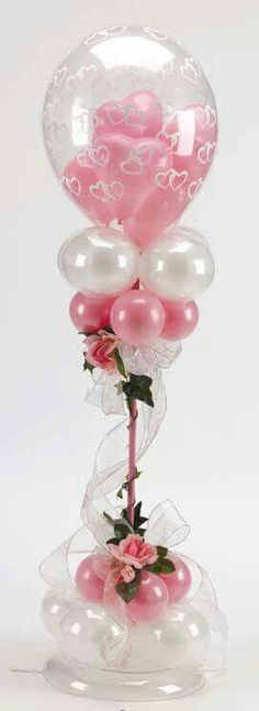 Elegant balloon centerpiece in rose and white. Tulle and roses add an extra beautiful touch. Ideal for a wedding or wedding anniversary.