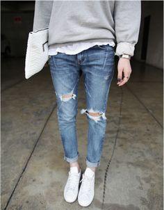 デニムをメインにした休日スタイル。爽やかな白のスニーカーとバッグに、淡いトーンのグレーニットが上品さをプラス。