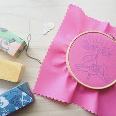 用意するものは、基本は布地と針と糸だけ。さらに、布をピンと張ることのできる刺繍枠と、下絵を描くためのチャコペンがあると便利です。どれも100円ショップで手頃に購入可能です。