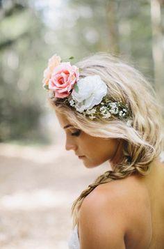 Apostando na coroa de flores para os cabelos das noivas Flores no cabelo