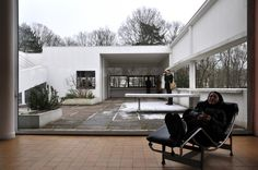 With Villa Savoye, Le Courbesier accomplished one of the main goals of modernism: integrating inside and outside space. Minimalist Home, Maine, The Outsiders, Villa, Patio, Building, Outdoor Decor, Modernism, Tech