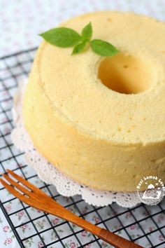 I have quite a while did not bake an orange chiffon cake. Since I have some oranges that bought from Cameron highlands trip the other day,. Köstliche Desserts, Delicious Desserts, Mini Cherry Cheesecakes, Orange Sponge Cake, Orange Chiffon Cake, Hot Milk Cake, Basic Cake, Different Cakes, Cafe Food