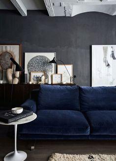 Deep blue velvet sofa, dark walls and monochromatic art in the living room. Living Room Inspiration, Interior Inspiration, Home Living Room, Living Room Decor, Decor Room, Living Area, Blue Couches, Navy Sofa, Dark Blue Couch