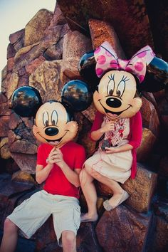 Disney Mickey and Minnie balloons Walt Disney, Disney Couples, Disney Love, Disney Magic, Disney Parks, Disneyland Couples, Teenage Couples, Disneyland Trip, Disney Vacations