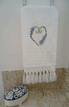 Toalha de rosto branca com bordado feito à mão em ponto rococó em tons de azul e cinza, com acabamento em macramé.  Obs: O porta-joias em cerâmica faz parte da decoração, não está à venda.