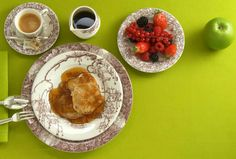 Pancakes with apples and maple syrup by Elisabeth Thiry, in Les Maisons Enchantées service. Brunch, Breakfast In Bed, Fine China, Coffee Cups, Pancakes, Decorative Plates, Favorite Recipes, Pains, Homemade
