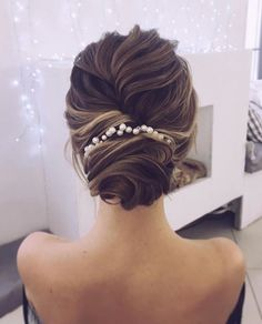 Jaw dropping wedding updo hairstyle inspiration Looking for gorgeous wedding hairstyle? classic chignon, textured updo or a chic wedding updo with a pretty details. These wedding updos are perfect for any bride looking for a unique wedding hairstyles. Unique Wedding Hairstyles, Fancy Hairstyles, Bride Hairstyles, Evening Hairstyles, Gorgeous Hairstyles, Hairstyles Haircuts, Vintage Hairstyles, Teenage Hairstyles, Bridesmaid Hairstyles