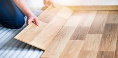 Met een laminaatvloer geef je je woonkamer, keuken, of slaapkamer snel en gemakkelijk een nieuwe look. Met deze aanwijzingen en tips kun je direct aan de slag met het leggen van de laminaatvloer. Installing Tile Floor, Installing Laminate Flooring, Wooden Flooring, Vinyl Flooring, Hardwood Floors, Butcher Block Cutting Board, Bamboo Cutting Board, Types Of Carpet, Types Of Flooring