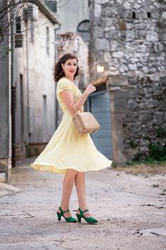 Vintage-Fashion-Bloggerin RetroCat mit einem gelben Sommerkleid in der Stadt Vintage Inspired Fashion, 40s Fashion, Vintage Fashion, 40s Dress, Retro Dress, Retro Outfits, Feminine Mode, Secret In Lace, Nautical Outfits