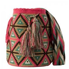 Our wayuu bags are handmade with all the love of Wayuu women, located north of the Colombian Caribbean. Crochet Fabric, Tapestry Crochet, Knit Crochet, Crochet Stitches Chart, Crochet Patterns, Pinterest Crochet, Mochila Crochet, Tribal Bags, Tapestry Bag