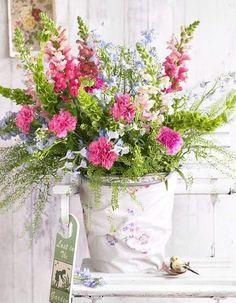 Ein Blumenstrauß, der durch seine zarten Nuancen von Rosa und Blau sinnlich romantisch anmutet. Mit dabei: Löwenmäulchen, Rittersporn und Muschelblume.