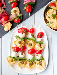 Nudelsalat-Spieße mit Tortellini und Tomaten – ein einfaches Partyrezept Colorful pasta salad skewers for a picnic with children – the quick skewers with tortellini, tomatoes and mozzarella are a popular finger food for young and old Mozzarella Salat, Pasta Salat, Best Pasta Salad, Brunch, Easy Party Food, Broccoli Salad, Holiday Appetizers, Skewers, Salmon Recipes