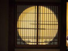 裏側から玄関前の障子を見たら満月みたい