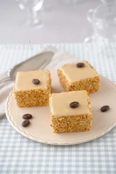 Le Calais (this recipe is in French), but looks a nice cake (gateau) :-) Mini Desserts, Delicious Desserts, Cafe Moka, Cake Recipes, Dessert Recipes, Individual Cakes, Healthy Cake, Small Cake, Pastry Cake