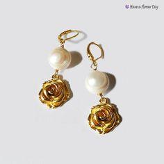 SYRA 01.Pendientes dorados con perla y por HaveaFlowerDay en Etsy