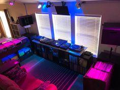 Home Music Rooms, Dj Setup, Dj Gear, Dj Booth, Funny Jokes, Studios, Living Room, Music, Dj Equipment