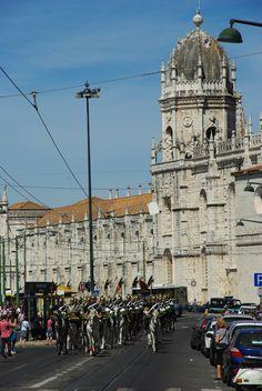 Un Dimanche à Belém - via Voyager en Photos 11.06.2015 | Belém, une ville de la proche banlieue de Lisbonne, souvent considérée comme un incontournable lorsque l'on se rend dans la capitale portugaise. #lisbonne #lisboa #portugal #voyage #travel #photo la releve de la garde à Belem