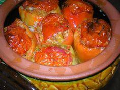 Paprike punjene pasuljem - Obarite pasulj. Prvu vodu prospite. Izdinstajte na ulju sitno iseckan ili samleven praziluk. Dodajte mu pasulj i alevu papriku.