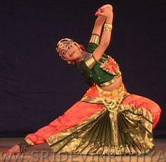 Bharata Natyam: Es del sur de la India , es una danza con mucha dificultad técnica, y por tanto debe en general ser estudiada desde temprana edad.
