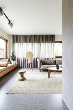 I arkitektparets bolig står kunsten i fokus Hanging Canvas, Work Surface, Modern Kitchen Design, Floor Chair, Shag Rug, Gallery Wall, Layout, Living Room, Furniture