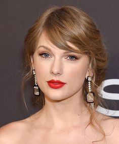 5 Genius Makeup Tips From Your Favorite Celebrities Taylor Swift Hot, Taylor Swift Red Lipstick, Taylor Swift Childhood, Taylor Swift Hair Color, Taylor Swift Album Cover, Taylor Swift Makeup, Long Live Taylor Swift, Red Taylor, Taylor Swift Pictures