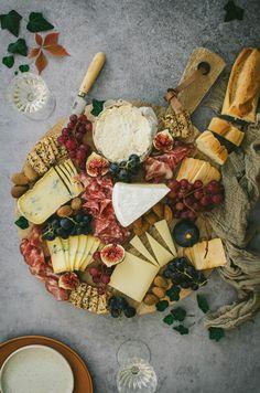 Comment faire un joli plateau de fromages et charcuteries Plateau Charcuterie, Sauce Caramel, Dried Fruit, Raisin, Great Recipes, Brunch, Picnic, Dairy, Cheese