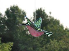 Oiseaux décor 3D Colibri en rose et vert fait cadeau de fête de la mère.  Ce petit Colibri de verre est magnifique lorsquil est utilisé comme décor de jardin en plein air. Je ne connais personne qui naime pas les colibris, avec leurs couleurs vives et des mouvements constants--la façon dont ils voltigent de fleur à fleur.  Ce petit oiseau est 6 de long et environ 3 de lextrémité de laile à aile. Elle est faite dun magnifique verre cathédrale vert qui est fortement texturé et strié de bleu…