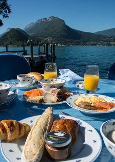 Un breakfast à L'Auberge Père Bise *, Talloires.